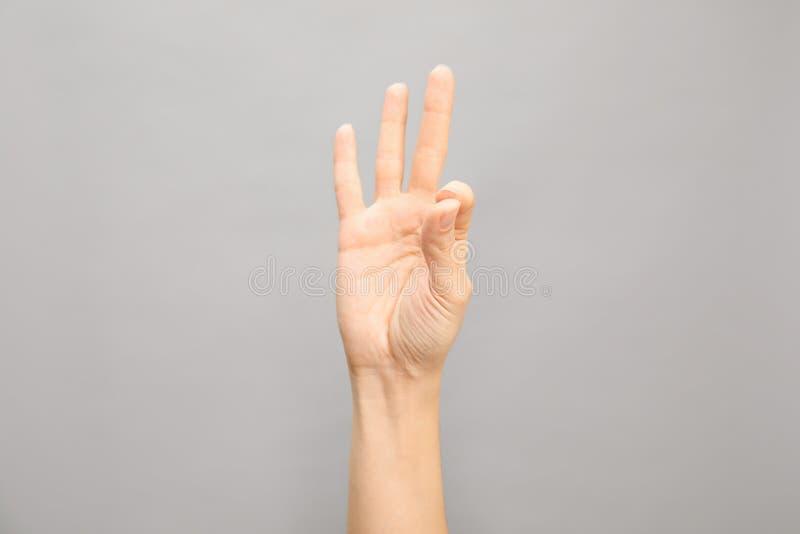 Rappresentazione numero nove della donna su fondo grigio immagine stock