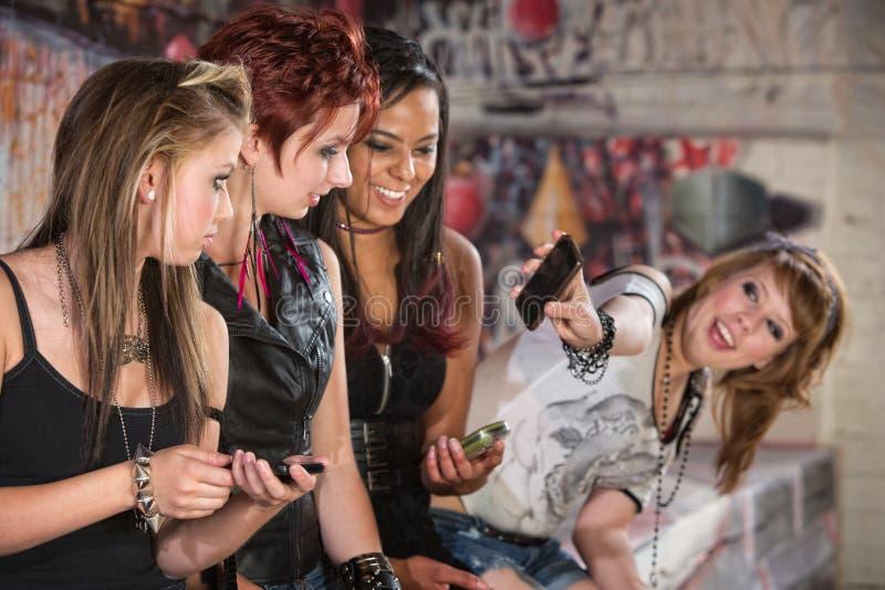 Rappresentazione teenager il suo telefono immagine stock