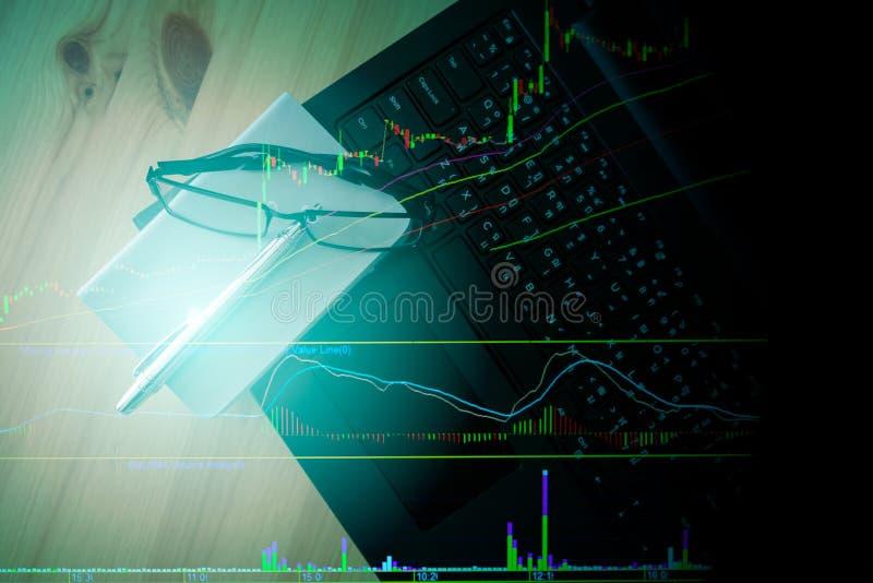 Rappresenti graficamente il modello del bastone della candela con la tastiera e penna e taccuino immagini stock
