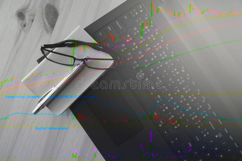 Rappresenti graficamente il modello di riserva con la tastiera e penna e taccuino fotografia stock