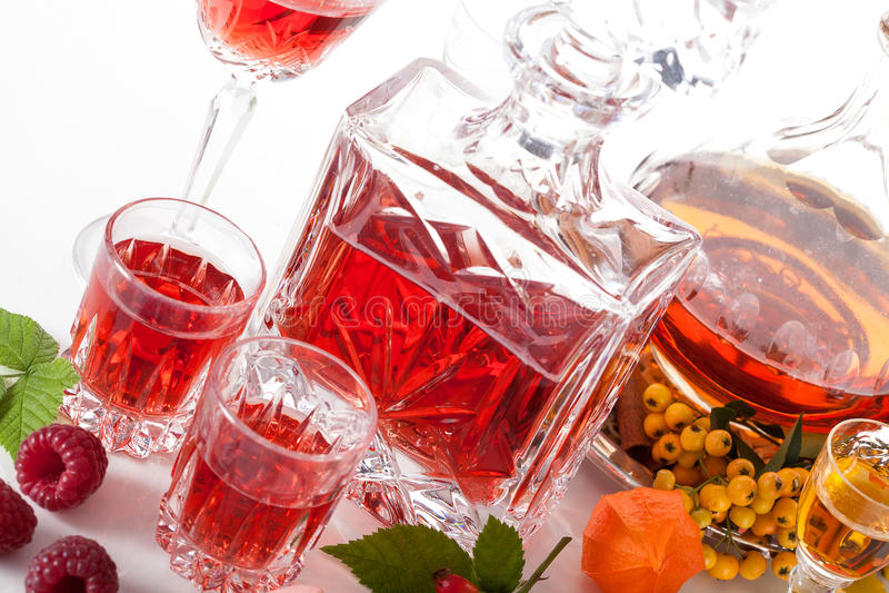 Rapsberry und Vogelbeerliköre lizenzfreies stockfoto