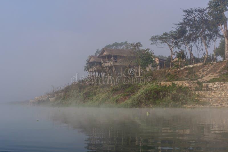 Raptirivier in de ochtend bij zonsopgang in de wildernissen van het Nationale Park van Nepal Chitwan in Nepal stock foto