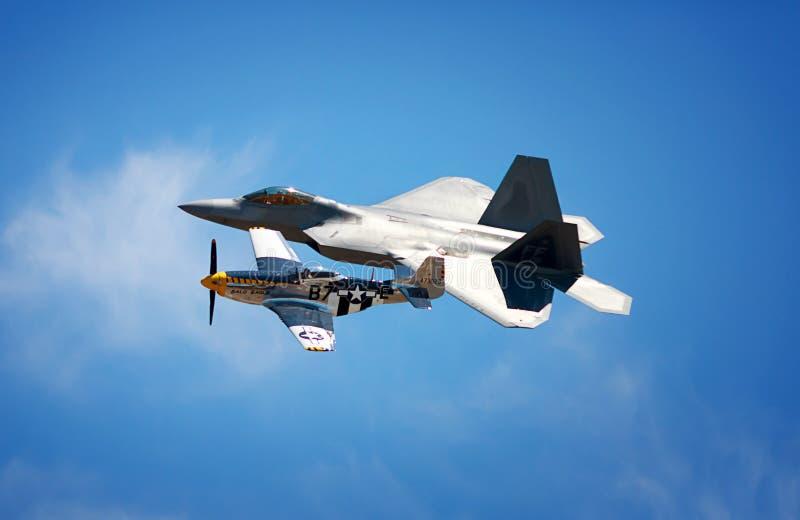 Raptor avec P-51 photographie stock libre de droits