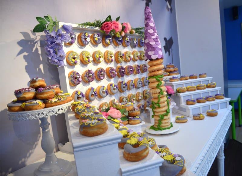 Rapunzel воодушевило именниный пирог донута стоковое изображение rf