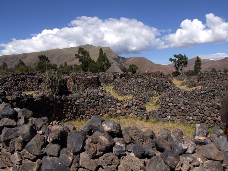 Raqchi古城的被毁坏的墙壁 免版税库存照片