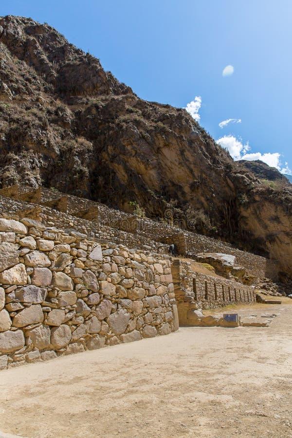 Raqchi arkeologisk plats för Inca i Cusco, Peru Ruin av templet av Wiracocha royaltyfri foto