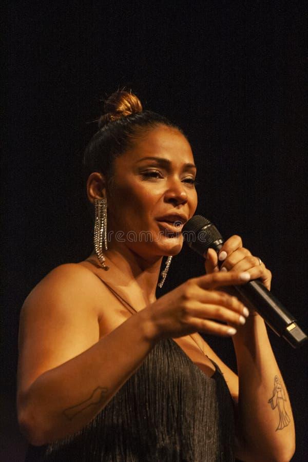 Raquel Tavares konstnär som utför på musikfestival royaltyfria bilder