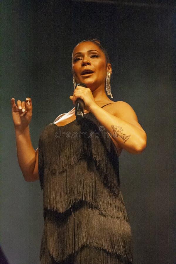 Raquel Tavares konstnär som utför på musikfestival arkivfoton