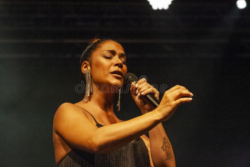 Raquel Tavares konstnär som utför på musikfestival royaltyfria foton
