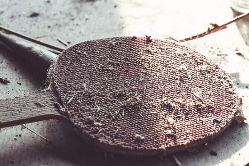 Raqueta de tênis de mesa abandonada velha e suja fotografia de stock royalty free