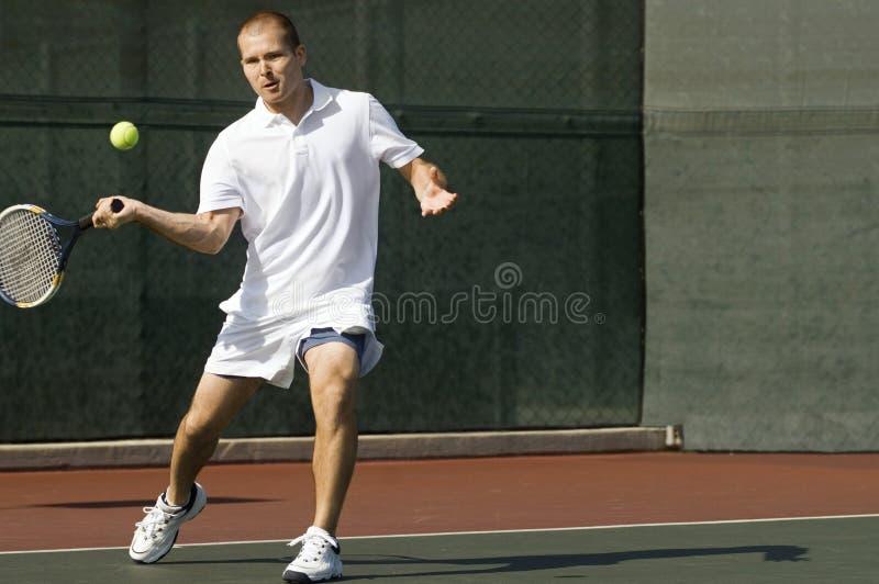 Raqueta de tenis de balanceo del jugador de tenis imágenes de archivo libres de regalías