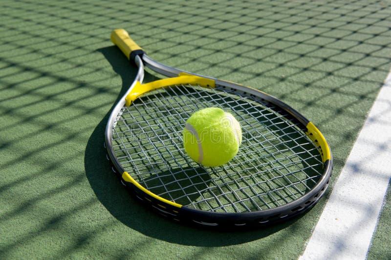 Raqueta y bola de tenis en blanco imagen de archivo libre de regalías