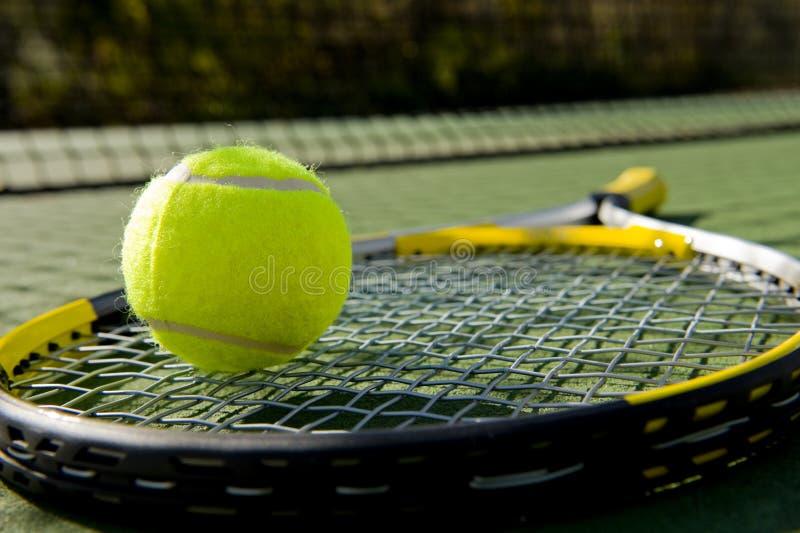 Raqueta y bola de tenis en corte fotos de archivo