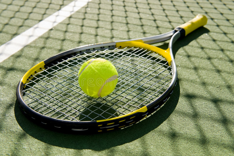 Raqueta y bola de tenis en corte fotografía de archivo libre de regalías