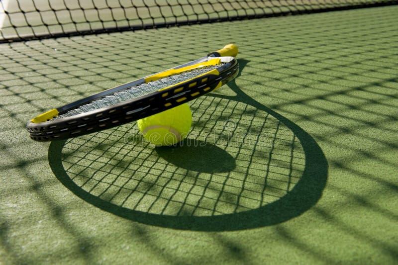 Raqueta y bola de tenis en corte imágenes de archivo libres de regalías
