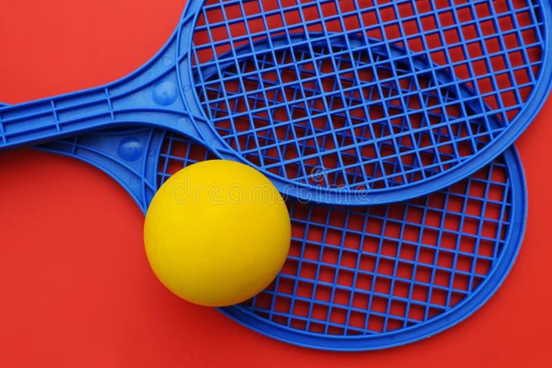 Raquetas y bola foto de archivo libre de regalías