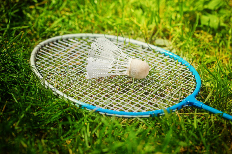 Raquete da peteca e de badminton na grama verde imagens de stock royalty free