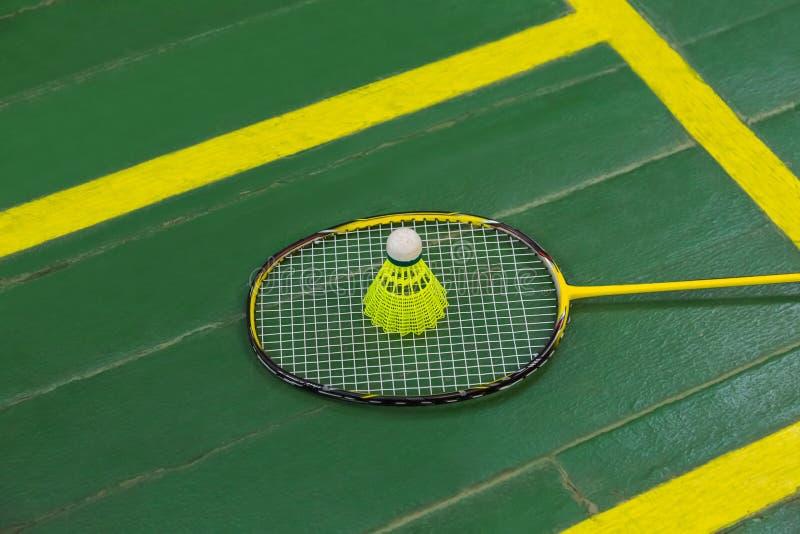 Raquete de Badminton e shuttlecock imagem de stock royalty free