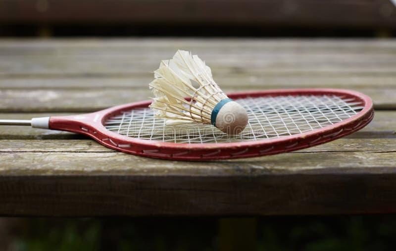Raquete de badminton na tabela velha imagem de stock
