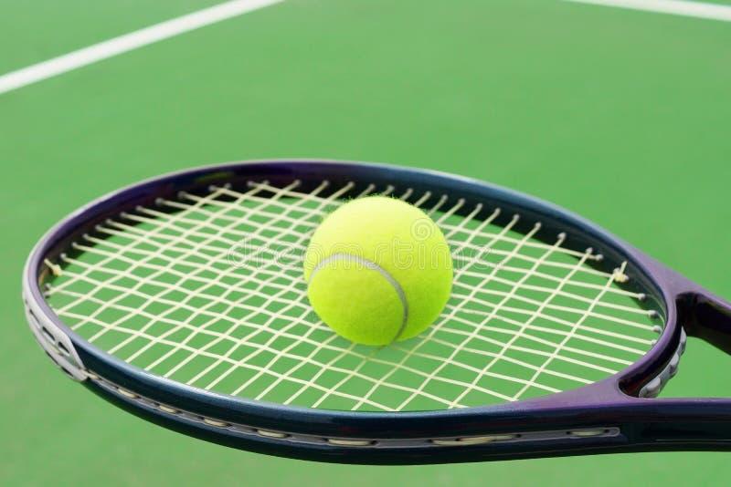 Raquete De Tênis Com Bola Imagem de Stock Royalty Free