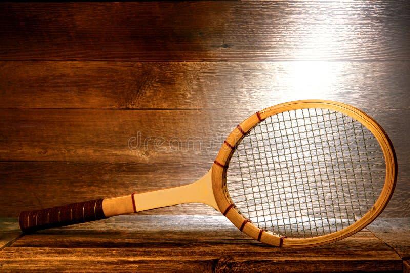 Raquete de tênis de madeira do vintage no sótão velho da casa imagem de stock