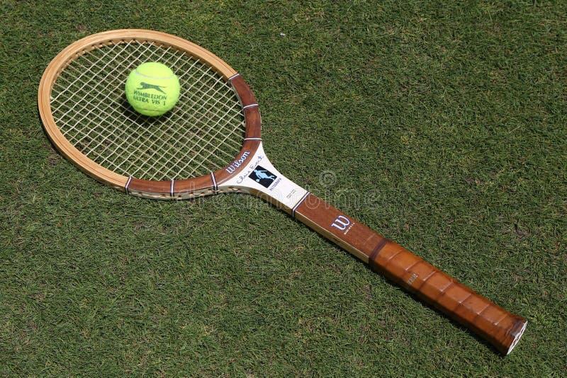 Raquete de tênis de Wilson Cris Evert do vintage e bola de tênis de Slazenger Wimbledon no campo de tênis da grama foto de stock royalty free