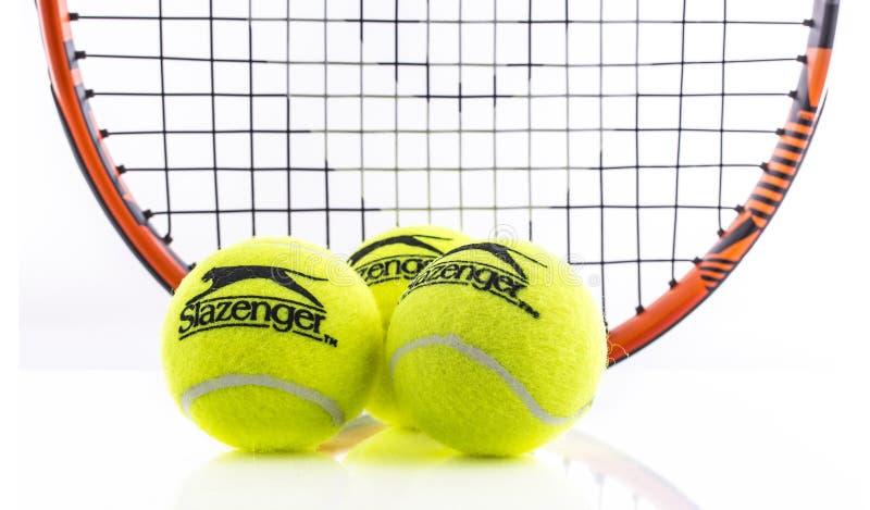 Raquete de tênis e bola principais de Slazenger em um fundo branco imagens de stock