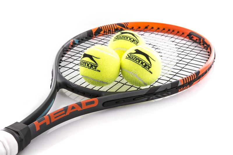 Raquete de tênis e bolas principais de Slazenger foto de stock royalty free