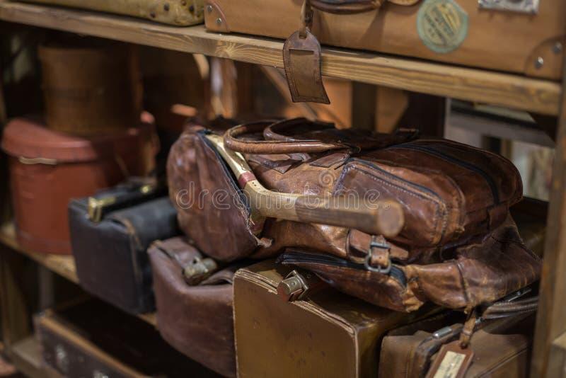 Raquete de tênis velha dentro de um saco de couro de Brown em uma prateleira foto de stock royalty free
