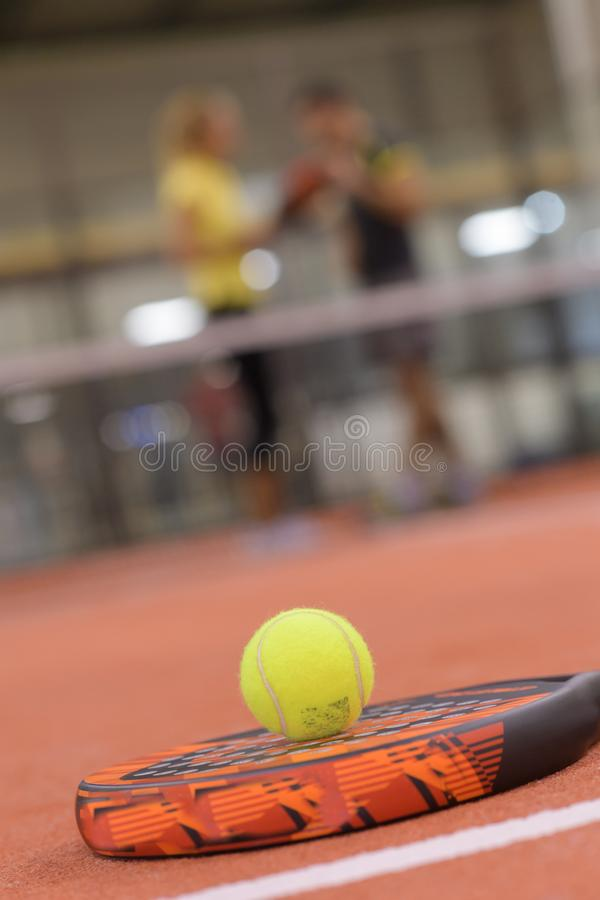 Raquete e bola de Padel fotografia de stock