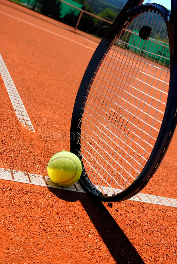 Raquete e esfera de tênis no tennis-court fotografia de stock royalty free