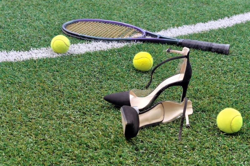 Raquetes, bolas e sapatas de tênis imagem de stock royalty free