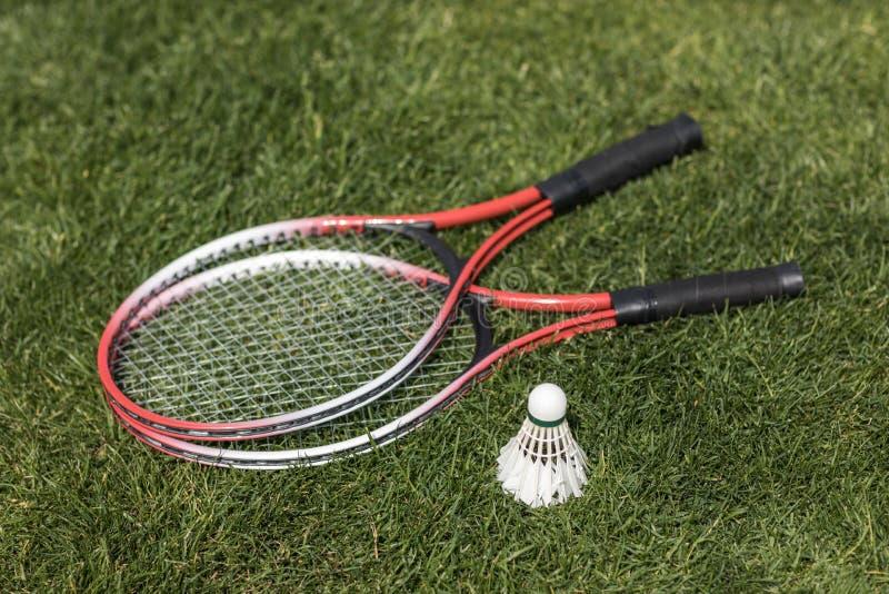 Raquetes de Badminton com shuttlecock na grama fotos de stock