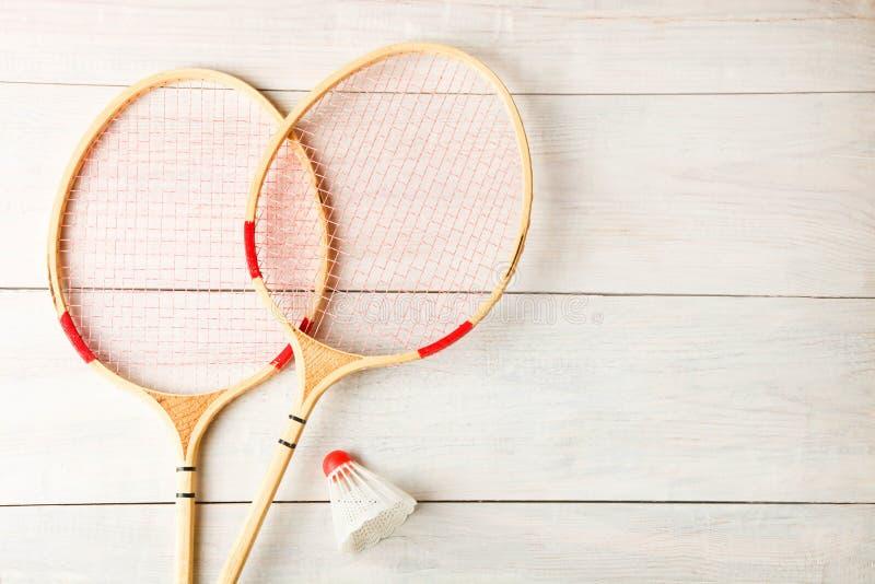 Raquetes de Badminton e shuttlecock imagem de stock