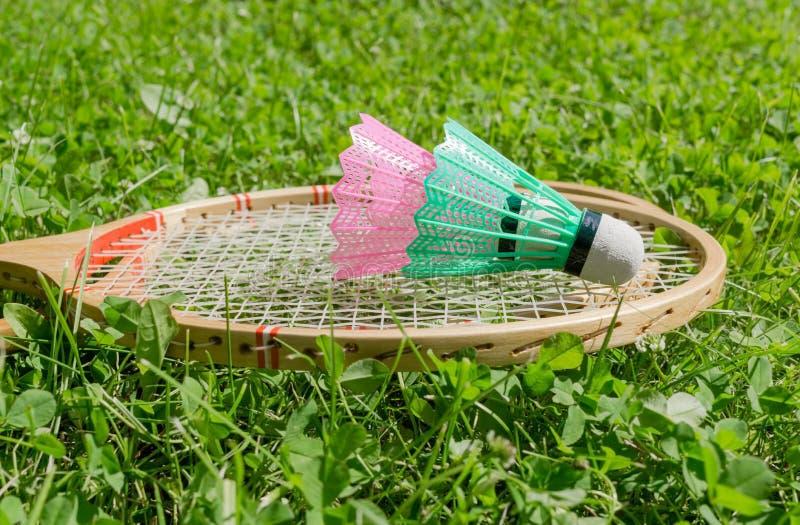 Raquetes e petecas de badminton na grama imagem de stock royalty free