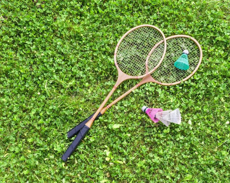 Raquetes e petecas de badminton na grama imagens de stock