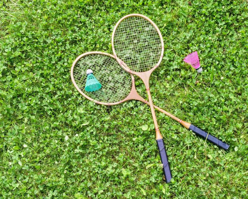 Raquetes e petecas de badminton na grama fotos de stock