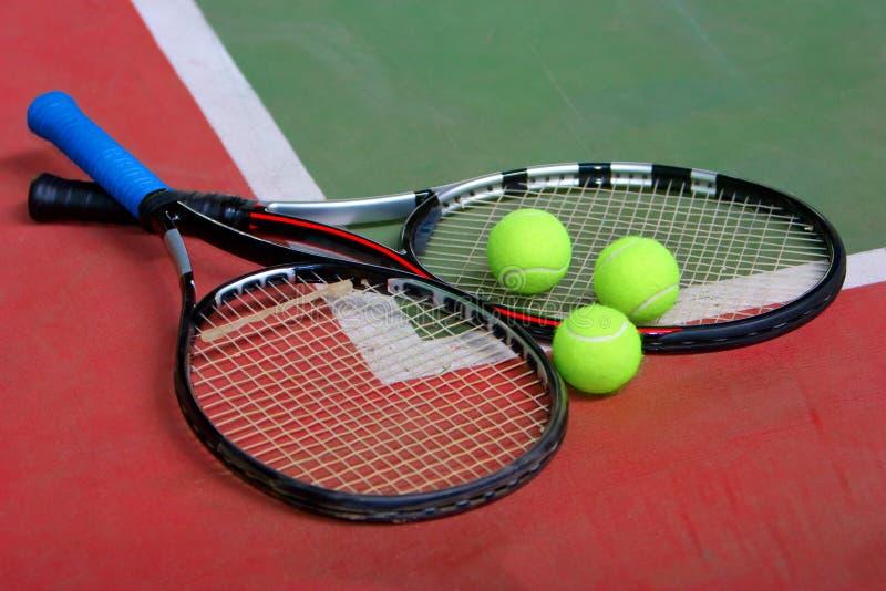 Raquetes, esferas e corte de tênis fotografia de stock