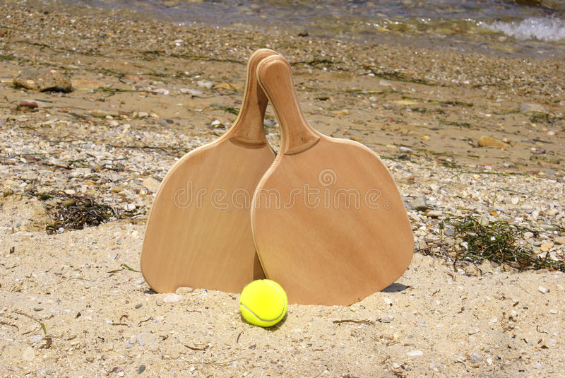 Raquette de plage de tennis photos stock