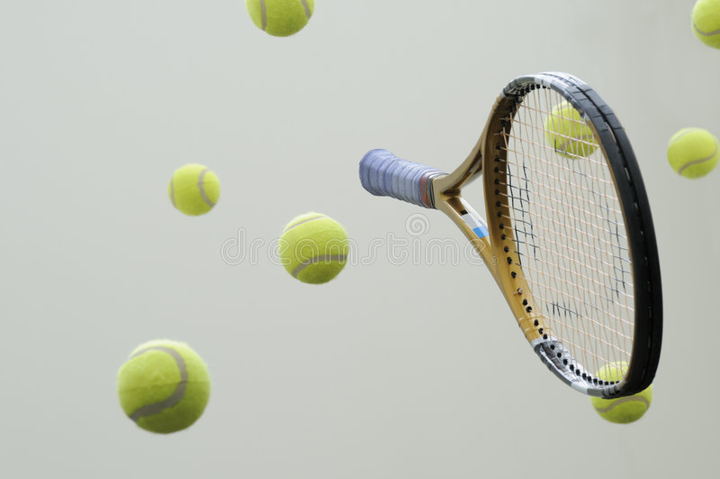 Raquette de tennis avec des billes. photographie stock