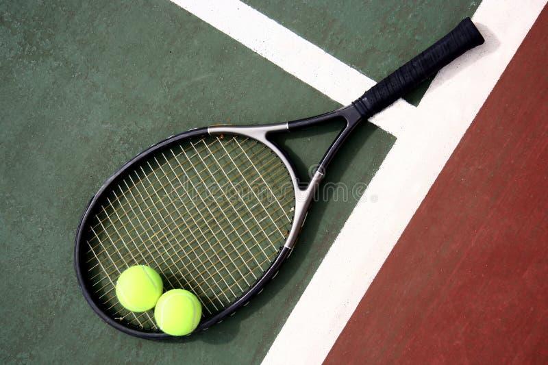 Raquette et billes de tennis photo stock