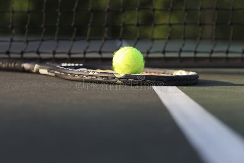 Raquette et boule de tennis par le filet photographie stock libre de droits