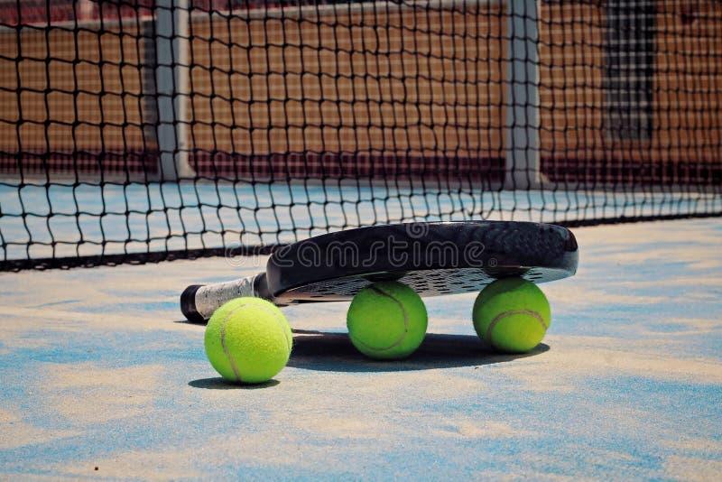 Raquette noire de Padel avec des boules photo libre de droits