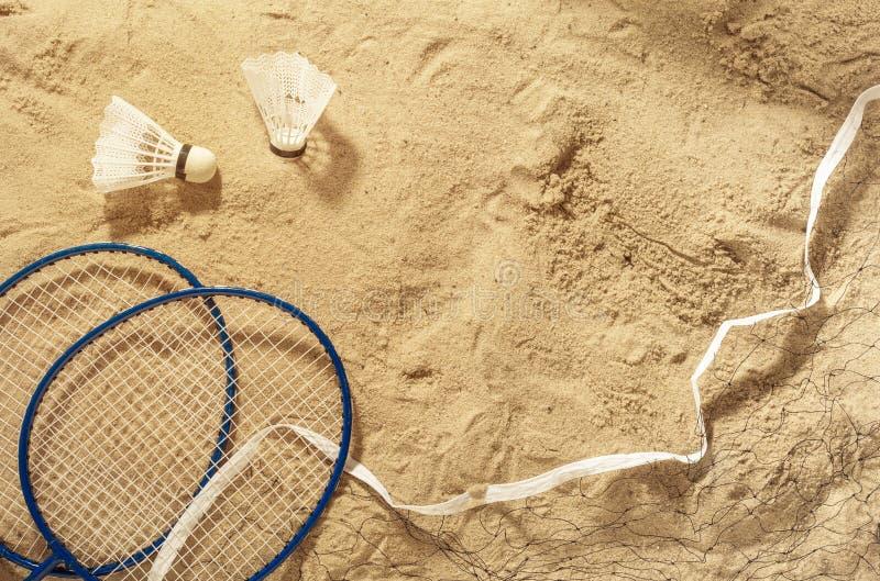 Raquettes de badminton, filet et volant sur le sable, vue supérieure photos libres de droits