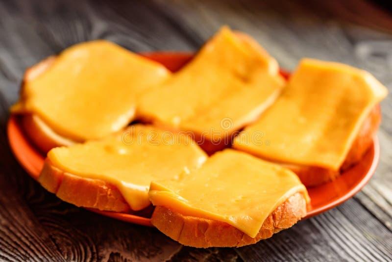 Rarebit или провозглашанный тост хлеб с расплавленным сыром стоковое изображение