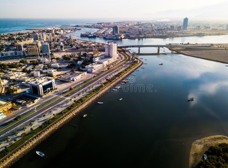 Ras Al Khaimah, Emiratos Árabes Unidos - 2 de junho de 2019: Corniche de Ras al Khaimah com opinião aérea dos manguezais fotografia de stock royalty free