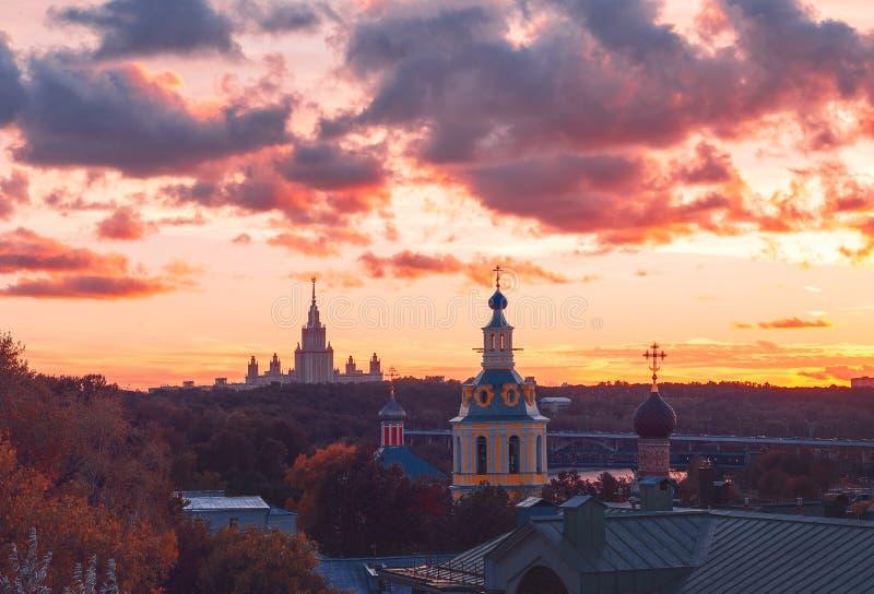RAS Sightseeing Platform Moscow Moskvadelstatsuniversitet MSU, kyrka Solstrålar och moln på solnedgången royaltyfri bild