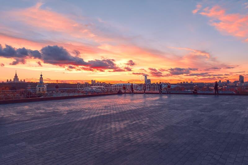 RAS Sightseeing Platform Moscow Universidad de estado de Moscú MSU, iglesia Rayos y nubes de Sun en la puesta del sol fotos de archivo libres de regalías