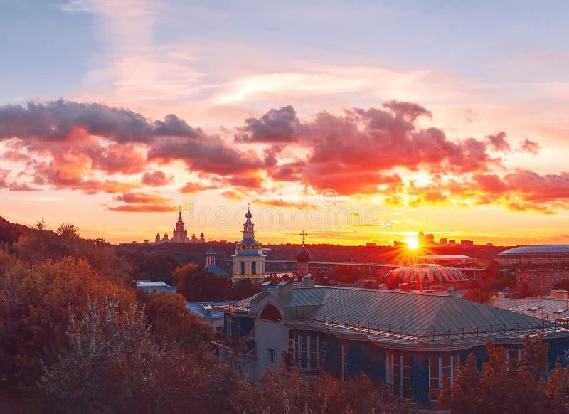 RAS Sightseeing Platform Moscow Universidad de estado de Moscú MSU, iglesia Rayos y nubes de Sun en la puesta del sol foto de archivo