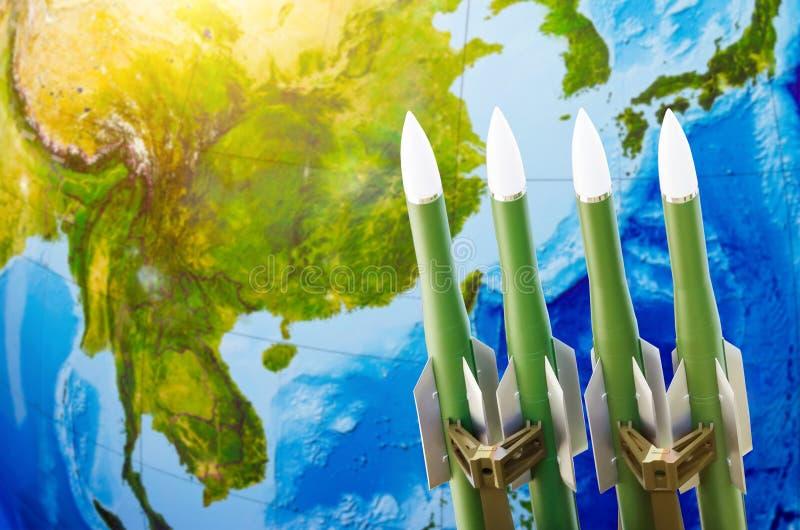 Ras van wapens, atoomwapens, de bedreiging van oorlog in de wereld Raketten op de achtergrond van Azië China, Japan, Korea stock foto